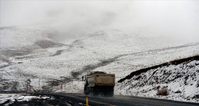 Ardahan'da dağlar beyaz örtüyle kaplandı