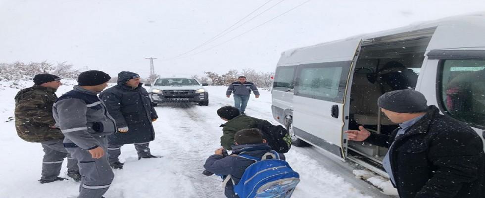 Karda mahsur kalan öğrenciler kurtarıldı....