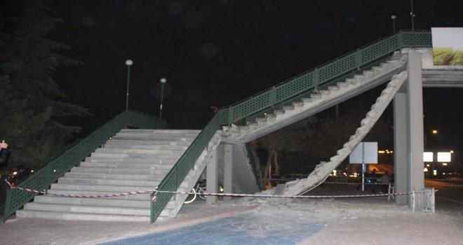 Yaya üst geçidinin merdivenleri çöktü : 2 yaralı