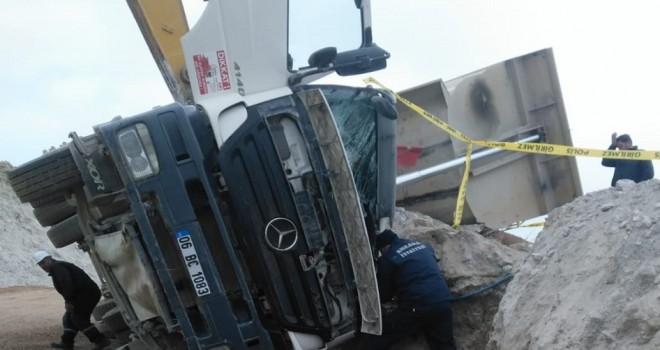 Kahramankazan'da harfiyat kamyonu devrildi