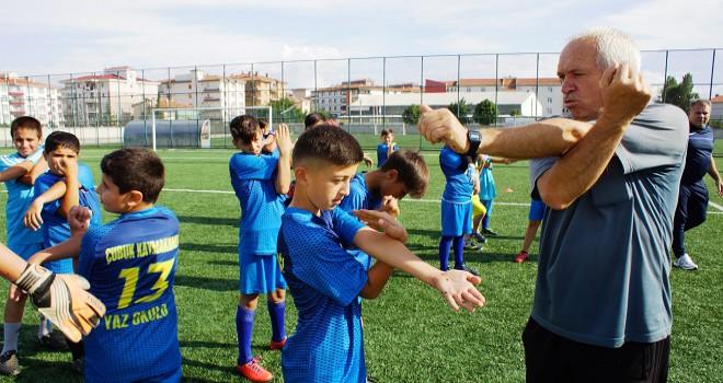 Çocukların futbolculuk hayalini gerçekleştiriyorlar...