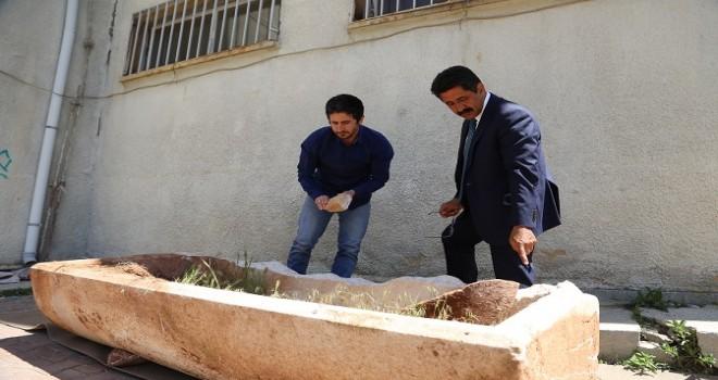 Tarlada, Roma dönemine ait mermer lahit bulundu