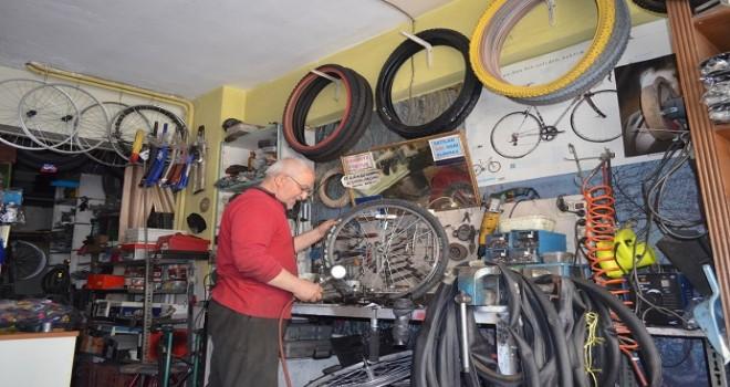 Emekliliğini bisiklet tamirciliği ile geçiriyor...