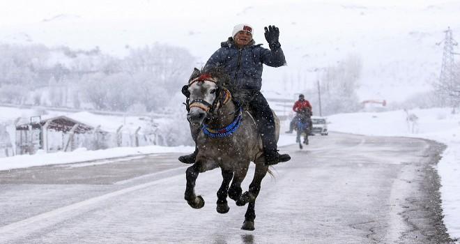 Kar altında at binme keyfi...