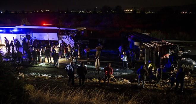 Tır devrildi, 44 yolcu kabus yaşadı...