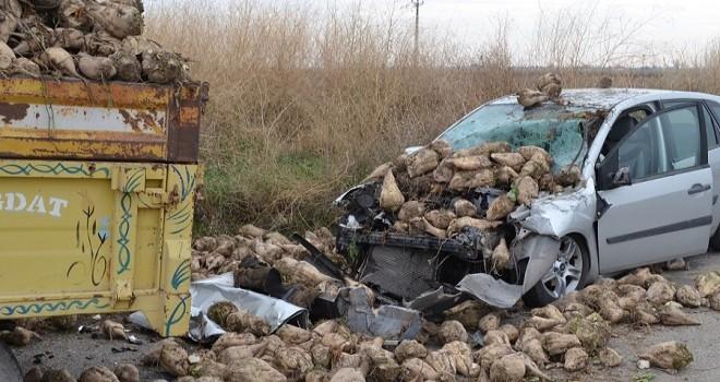 otomobil traktör kasasına çarptı: 1 ölü