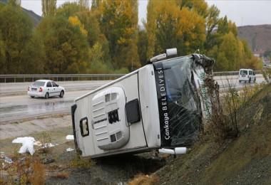 Ankara Bala yolunda servis aracı devrildi: 30 yaralı