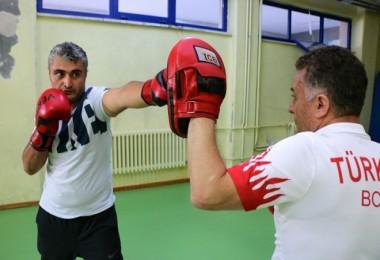 Doktorlar savunmaya geçti, boks öğreniyorlar...