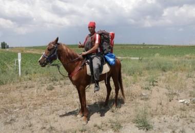 Vatani görevi için At sırtında yollarda...