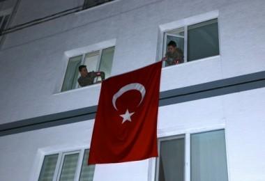 Acı haber verildi, şehitlerin evine bayrak asıldı...