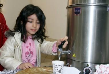 Öğrencilere sıcak süt servisi Apartman yöneticisinden