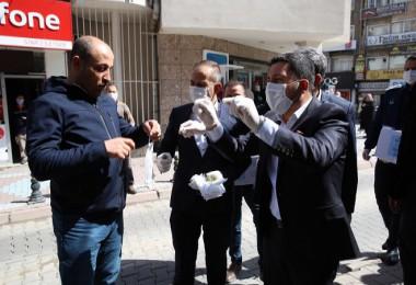 Nevşehir belediye başkanı maske ve kolonya dağıttı
