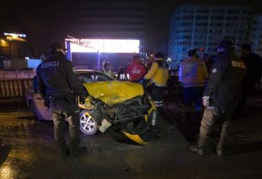 Taksi, Temizlik aracına çarptı: 3 yaralı